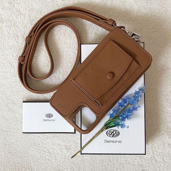 やっと自分にぴったりのケースを見つけた。本革の「デミウルーボ」はお財布代わりにもなる優れものです◎