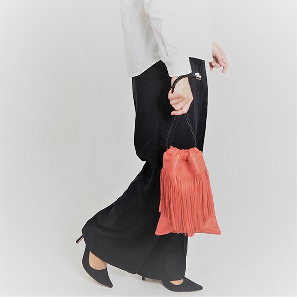 しっとりした質感も気持ちいい♡老舗皮革メーカーが手掛けるブランドのフリンジ付き巾着バッグに冬の新色が登場