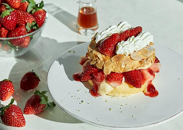 テイクアウトもOK。スフレパンケーキ専門店「フリッパーズ」にいちごミルフィーユ仕立てのパンケーキが登場