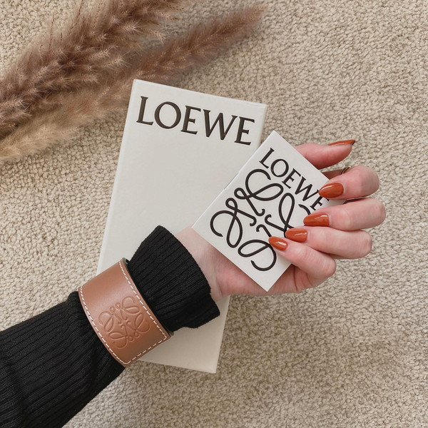 """これなら手が届くかも。LOEWEのブレスレットは約2万円だから""""ファーストロエベ""""にぴったりなんです"""