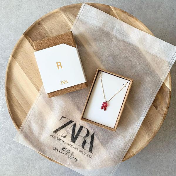 キャンディみたいなかわいさにきゅん。ZARAの大人気「イニシャルネックレス」の新作は早めにチェックして