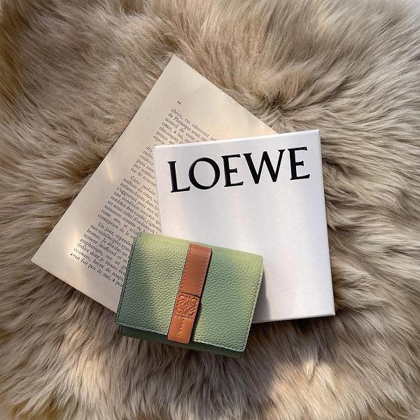 「三つ折り財布」のサイズ感が1番ベスト。カバンの場所を取らない、洗練されたデザインのミニ財布を6つご紹介