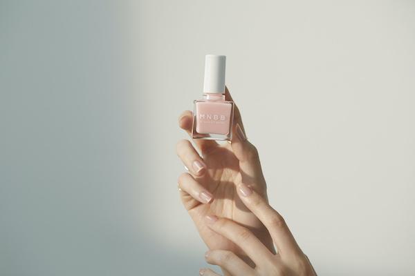 色を塗らないという新常識。きれいな自爪になれる「M・N・B・B」なら、ネイルが難しい人も楽しめそう