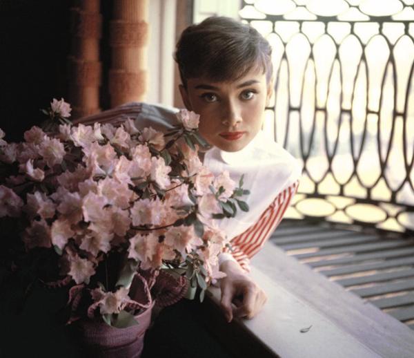 永遠の憧れなんです。公私とも美しく生きた女優、オードリー・ヘプバーンの写真展が阪急うめだで開催