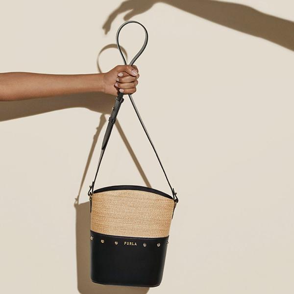 夏の本命バッグを見つけました。「フルラ」の新作はラフィア素材×ブラックレザーの組み合わせが素敵なんです
