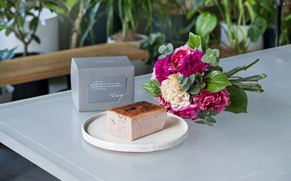 バラのチーズケーキ×ブーケの特別な贈り物。「旅するチーズケーキ」の母の日ギフトがステキなんです