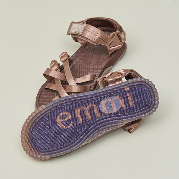 emmiとSHAKAが初コラボ。大人な雰囲気を引き寄せるモカカラーのサンダルで、夏の足元を格上げしませんか?
