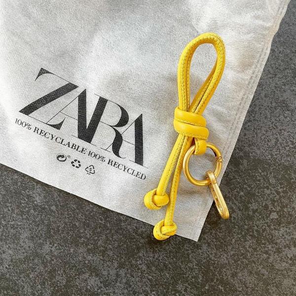 【ZARA】2000円でこの高見えズルすぎ!アレンジもできるパキッとカラーの「キーリング」に心奪われちゃった