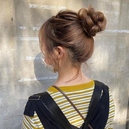 そろそろ暑くなってきたから首元をスッキリさせたいかも。簡単におしゃ見えが叶う「アップスタイルヘア」4選