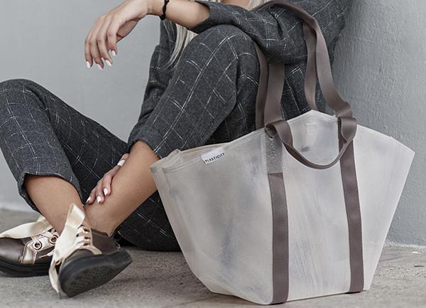 ビニール傘から作られたトートバッグ。「10年後になくなるべきブランド」を宣言するPLASTICITYに注目です