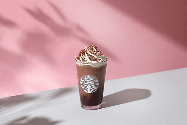 チョコ×アールグレイが相性抜群です。スタバに「チョコレート ティー ケーキ フラペチーノ」が新登場