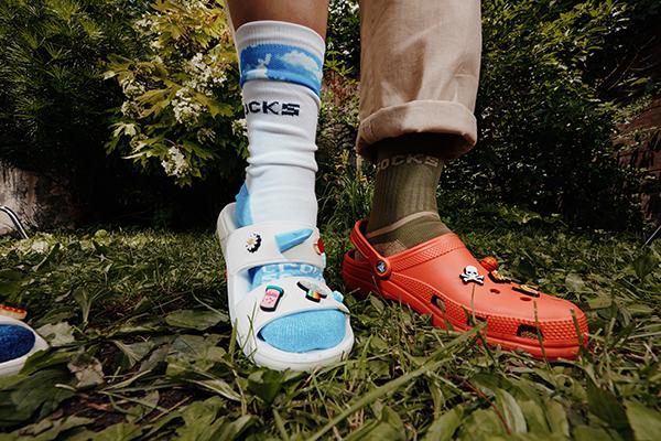 『クロックス×靴下』のスタイルが定番になりそう。クロックスからオリジナルソックスのコレクションが登場