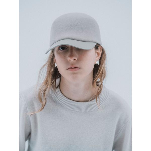 ブランド初の帽子はアクセサリーとの相性を考えたミニマルデザインで登場。IRIS47が贈る秋冬の新作が素敵です
