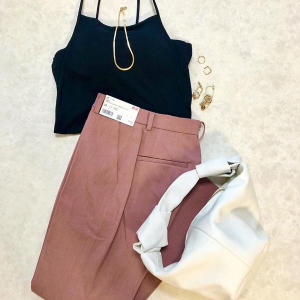 """こういう絶妙カラーを求めてたの。ユニクロの""""美脚パンツ""""に新色くすみピンクが仲間入りしました"""