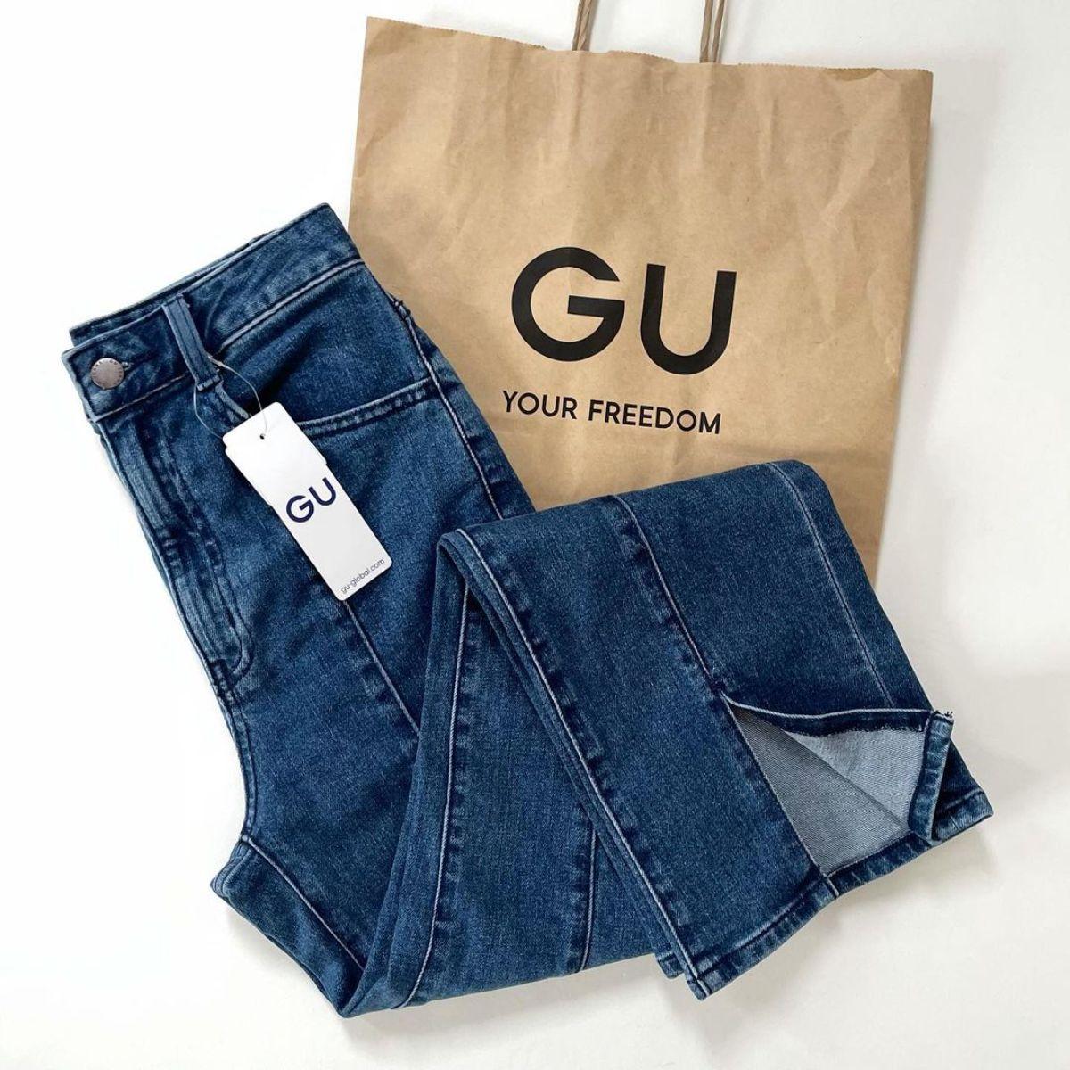 【GU】発売したばかりなのにもう大人気と話題に。「フロントスリットフレアジーンズ」は早めにチェックして