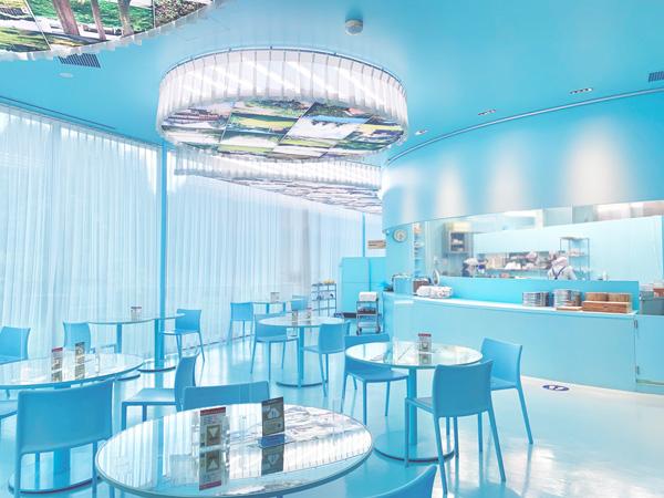 幻想的な青の世界にうっとり…。新潟・十日町の「里山食堂」で、ノスタルジックなアート体験を楽しんで
