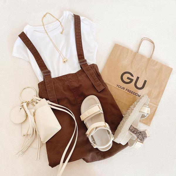 【GU】秋カラーが話題の「サスペンダー付きデニムスカート」。すっきりシルエットでスタイルアップ効果も!