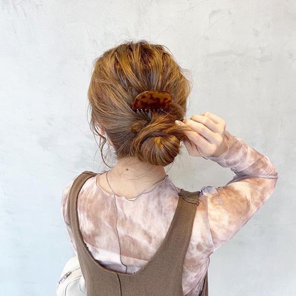 コームをアクセサリーにするのが今っぽい。いつものヘアスタイルをこなれさせる簡単「コームアレンジ」をご紹介
