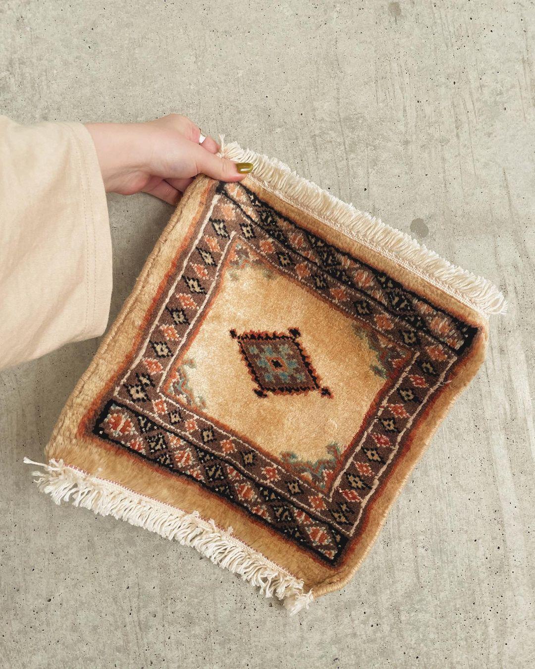 一点ものだからほかの人と被らずに自分だけの空間に。手織りの「トライバルラグ」でお部屋に個性を加えちゃう?