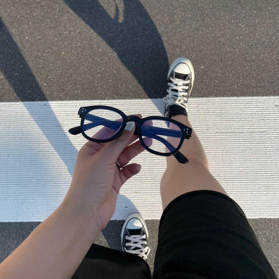 """遊び心と、かわいさと、おしゃれ感を兼ね備えたアクセに一目惚れ。""""ゴツめの黒縁メガネ""""はGET済み?"""