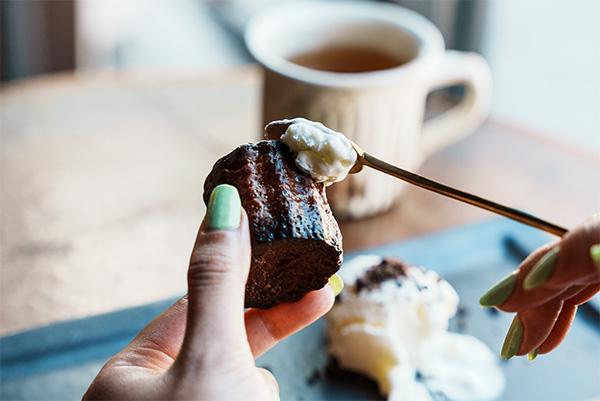 カヌレにアイスクリームをとろり。有楽町「THE STAND」に食欲をそそるペアリングセットが新登場