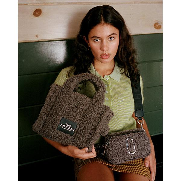 テディベアみたいな、ふわもこバッグがかわいい。マーク ジェイコブス「THE TEDDY」に新作&NEWカラー登場