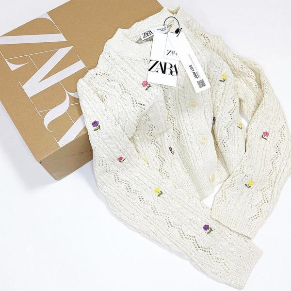 【ZARA】洗練されたエクリュカラーの「フラワー刺繍カーディガン」で、シンプルコーデにさりげなく華をそえて