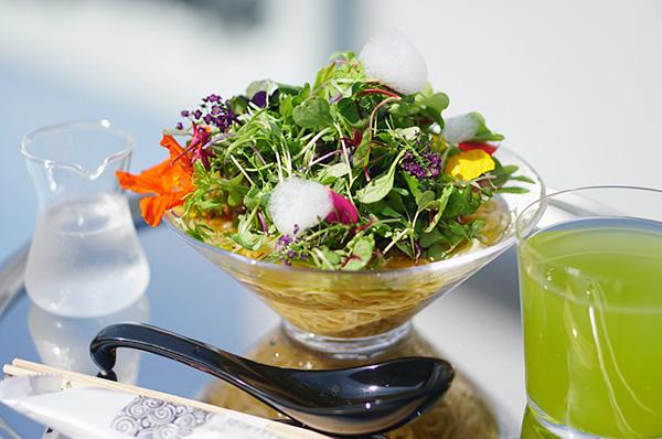 """お花や野菜がてんこもり。チームラボプラネッツで食べられる華やかな""""ヴィーガンラーメン""""ってどんなお味?"""