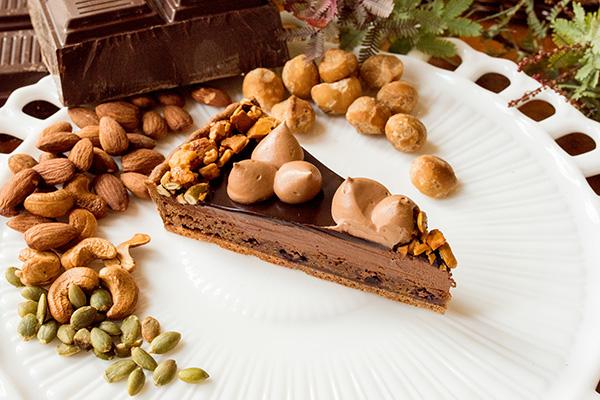 1240_カシスブラウニーとチョコレートムースのタルト_c_tr