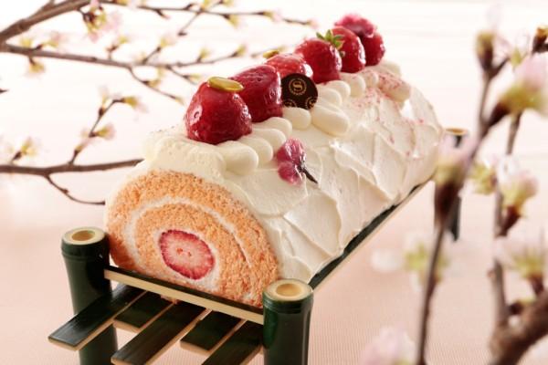 桜と苺のロールケーキ